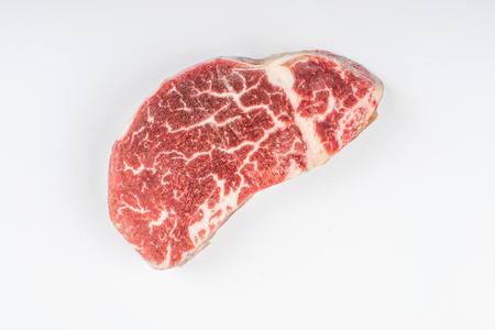 흰 배경에 고립 된 신선한 원료 쇠고기 스테이크