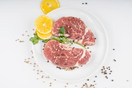 원시 스테이크와 향신료 접시에. 흰 배경에 고립 스톡 콘텐츠