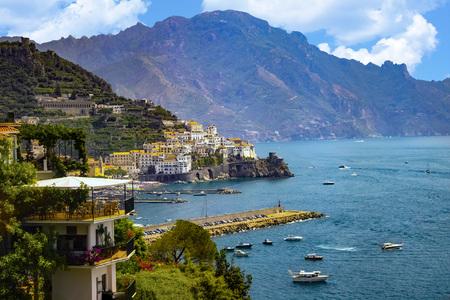 Widok na wybrzeże Amalfi. To jest na południu Włoch w Europie. Miasto stoi na klifach nad morzem. Na morzu są łodzie. Zdjęcie Seryjne