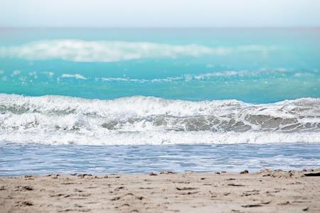 La mer turquoise claire de l'océan Atlantique sur laquelle sont des vagues blanches. Au-dessus, c'est le ciel bleu. C'est dans les Caraïbes à Cuba. Il y a l'heure d'été. Banque d'images