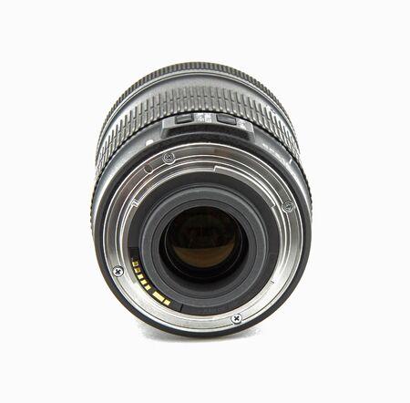 Lente de cámara fotográfica aislada sobre fondo blanco. Es una lente gran angular. La lente es negra.