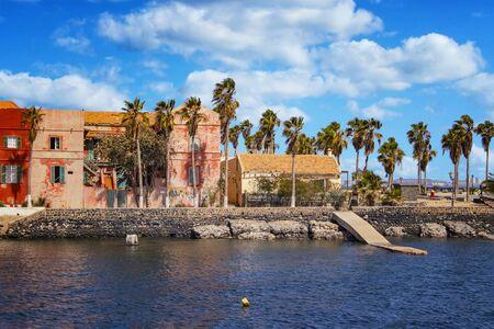Vista della città storica all'isola di Goree a Dakar, in Senegal. È una piccola isola vicino a Dakar. Era il più grande centro di commercio di schiavi sulla costa africana. È una bella vista. Archivio Fotografico