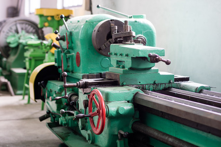 Old hard lathe in a workshop. Machine park in the locksmith's workshop. Place - old workshop. Standard-Bild - 101658989