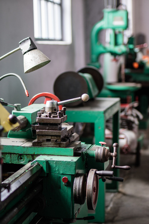 Old hard lathe in a workshop. Machine park in the locksmith's workshop. Place - old workshop. Standard-Bild - 101658652