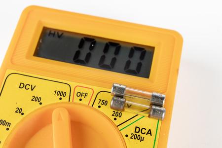Fusible para dispositivos y receptores eléctricos. Accesorios y repuestos para electrónica. Fondo claro.