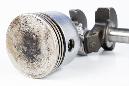 Vilebrequin et piston d'un petit moteur à combustion sur un tableau blanc. Pièces de rechange pour la mécanique. Fond blanc. Banque d'images