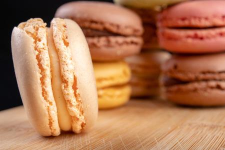 Biscuits savoureux sur la table de la cuisine. Dessert sucré préparé à manger. Fond sombre. Banque d'images