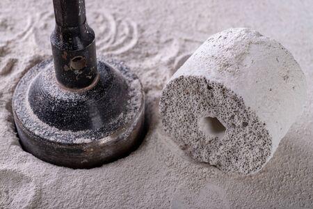 Bohrer zum Bohren großer Löcher in die Wand. Vorrichtung zum Herstellen von Löchern für Steckdosen. Ort - Werkstatt.