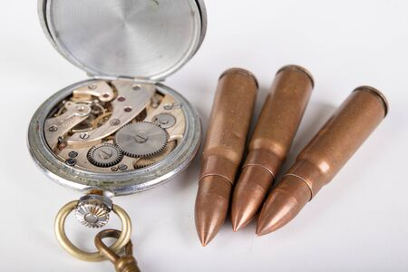 Old analog watch mechanism and ammunition. Modes and mechanisms of the precision mechanism. Light background. Stockfoto