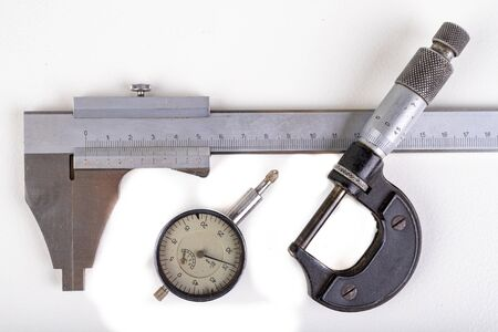 Messschieber, Mikrometer und Sensor. In der Werkstatt verwendete Messwerkzeuge. Heller Hintergrund.