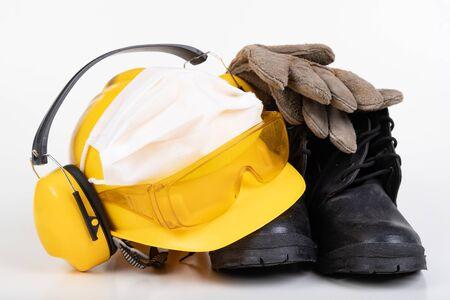 Casque de protection, bottes, gants et masque antigrippal. Construire des accessoires pendant la peste. Fond clair.