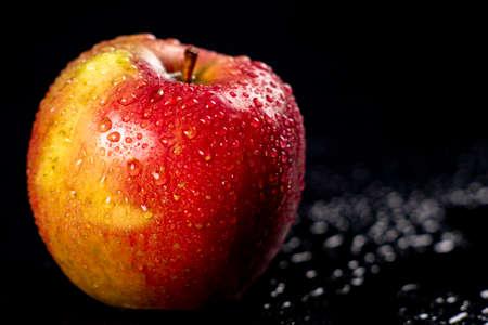 Tasty ripe wet apples. Apple tree fruit used as a dessert in the kitchen. Dark background. Standard-Bild