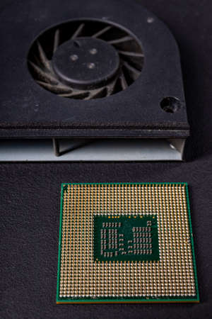 Laptop fan and computer processor. Accessories and spare parts for personal computers. Dark background. Banque d'images