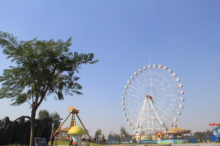 actividades recreativas: October Park Amusement Park, autumn, is a haven for recreational and leisure activities, a childrens play
