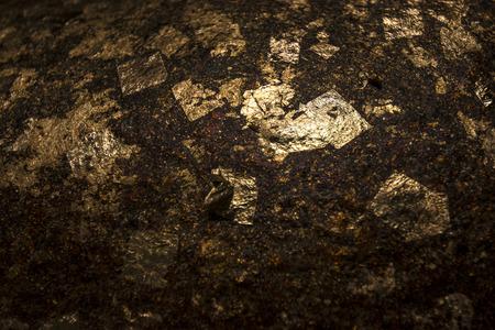 goldfolie: Goldfolie Paste auf einem Felsen Textur aus einem Teil des Bildes von Buddha Das machte eine Menge von dem Glauben der buddhistischen bilden Lizenzfreie Bilder