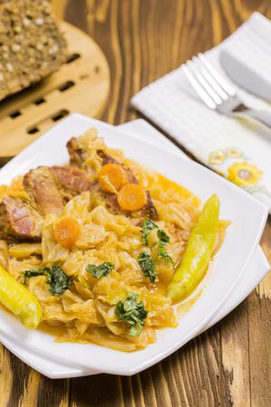 chiles picantes: Repollo cocido con zanahorias, pimientos picantes, Perejil, Pan Integral girasol en Brown mesa de madera