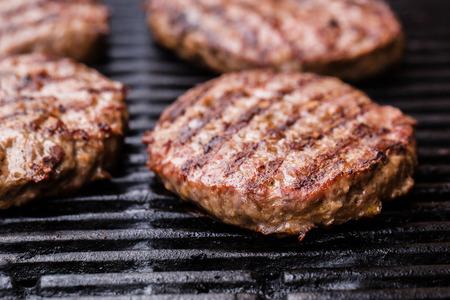 buns: Preparación de un lote de empanadas de carne molida de res a la parrilla o en barbacoa frikadeller Foto de archivo