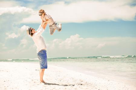 bermudas: Feliz padre e hijo disfrutando de tiempo de playa en las vacaciones de verano