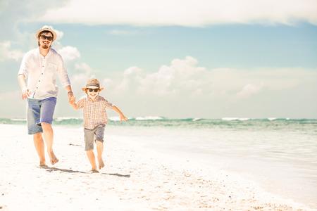 padres: Feliz padre e hijo disfrutando de tiempo de playa en las vacaciones de verano