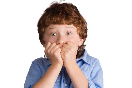 asustado: Retrato de ni�o cauc�sico con la expresi�n facial aterrorizada asustado. Aislado en el fondo blanco Foto de archivo