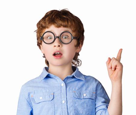 niÑos contentos: Retrato de niño caucásico guapo en gafas redondas que sólo tiene una idea. Aislado en el fondo blanco Foto de archivo