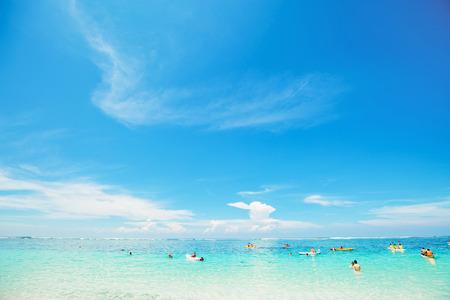 Meravigliosa spiaggia tropicale con il cielo blu sulla giornata di sole Archivio Fotografico
