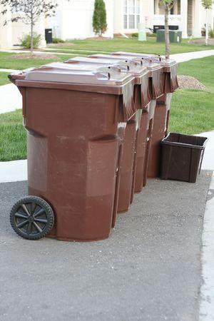 Botes de basura en una fila  Foto de archivo - 472552