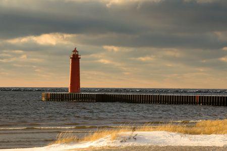 lake michigan lighthouse: lago Michigan, Muskegon del faro en el invierno