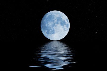 night moon: luna azul con las reflexiones de las estrellas de agua ondulado