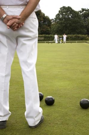 föremål: White trousers as Subject on Bowls green Stockfoto