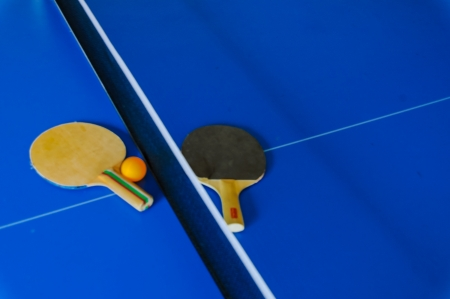 throb: Table with rackets and ball Stock Photo