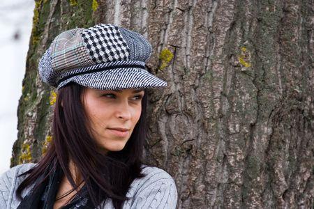 enigmatic: Ritratto di una donna graziosa con il cappello