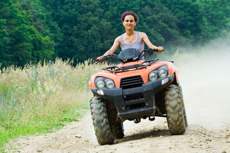 Frau Reiten Ein All-Terrain-Vehicle (ATV)