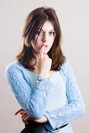 mujer pensativa: Retrato de una mujer pensativa sobre fondo blanco