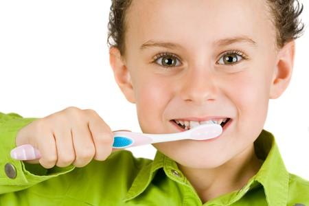Hermoso niño de cepillarse los dientes, aisladas en blanco
