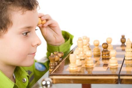 jugando ajedrez: 8 a�os lindo chico jugando ajedrez