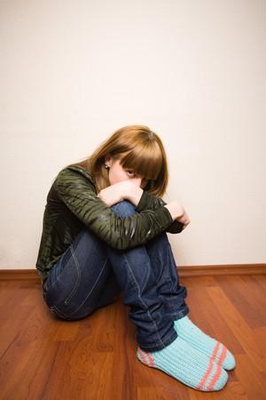 Portrait d'une jeune fille blonde adolescente triste