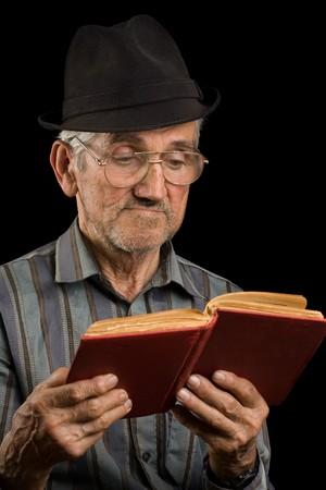 pauvre: Portrait d'un vieil homme avec un chapeau, isol� sur noir Banque d'images
