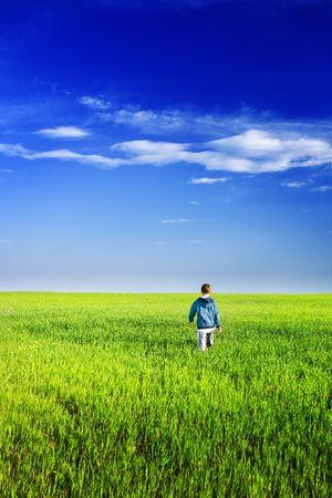 Poco apuesto joven en un campo de trigo