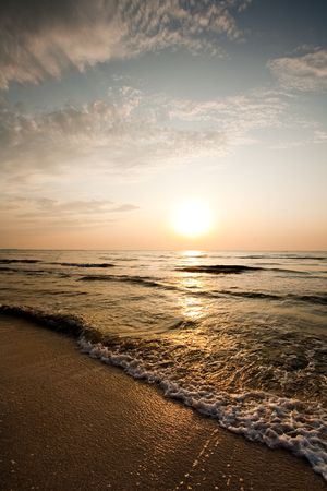 Salida del sol con colores hermosos, a la orilla del mar Foto de archivo - 5253432
