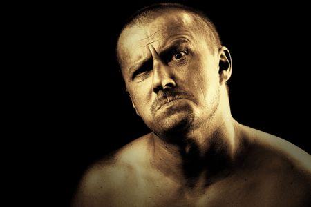 hombre fuerte: Baja clave retrato de un peligroso enojado hombre fuerte con una expresi�n de miedo