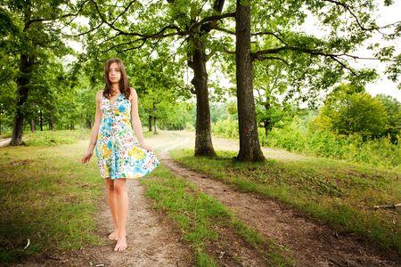 pieds nus femme: Portrait d'une femme aux pieds nus marchant seul dans la for�t