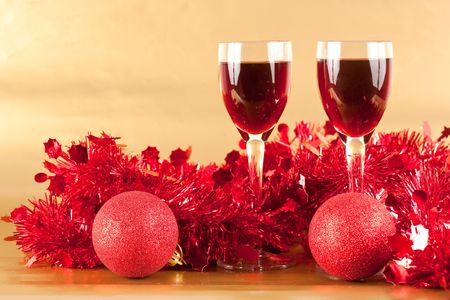 wishes romantic: Two glasses of wine with Christmas decorations