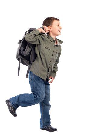 enfant qui court: Portrait d'un �colier mignon avec sac � dos d'isolement sur le fond blanc