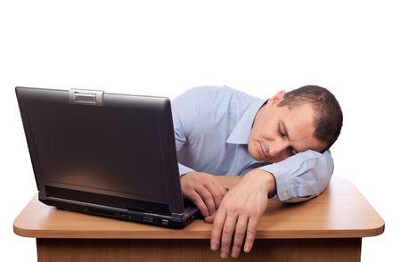 agotado: Cansado joven empresario dormido en su escritorio aislado sobre fondo blanco