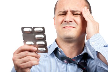 hombre preocupado: Close up retrato de un joven empresario con fuerte dolor de cabeza Foto de archivo