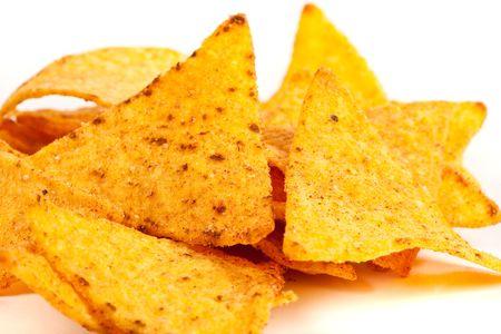 spicey: Studio ravvicinata di nachos (chip messicano) isolato su sfondo bianco  Archivio Fotografico
