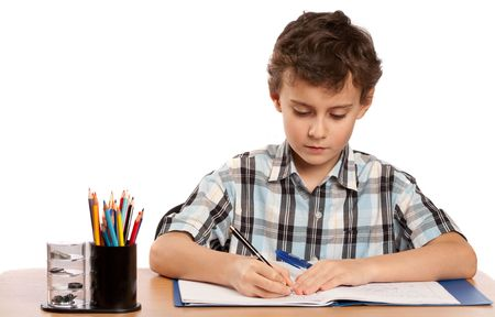 deberes: Retrato de un colegial que hacer deberes en su escritorio, aislado sobre fondo blanco