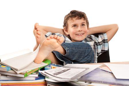 perezoso: Retrato de un colegial descalzo con sus pies hasta en su escritorio, esperando de vacaciones venir