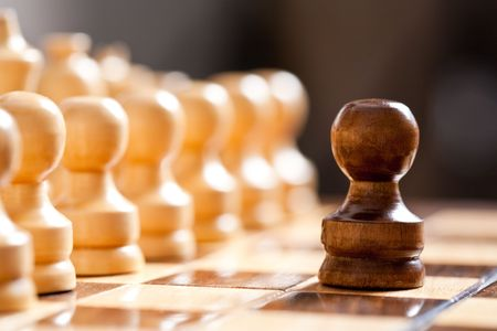 pensamiento estrategico: Close up of piezas de ajedrez en el tablero, poco profunda de la profundidad de campo